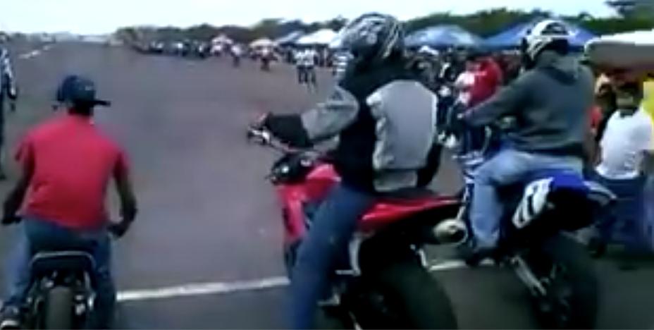 Como una scooter le moja la oreja a dos deportivas